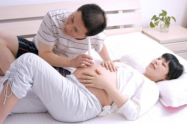 Khuyến khích chồng giao tiếp với con