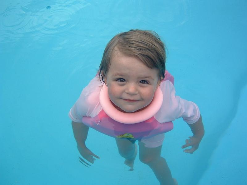 Bộ quần áo giúp bé tập bơi Swimsafe tại Kids plaza