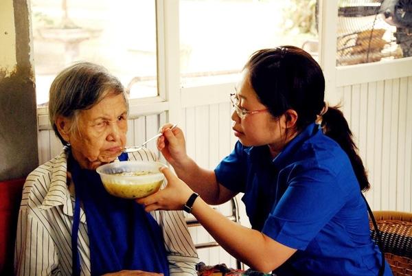 Từ thiện, tình nguyện trong các viện dưỡng lão.