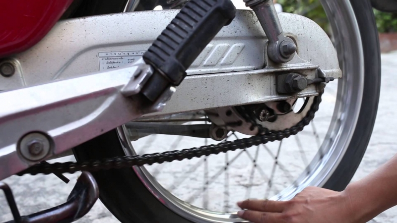 Nếu thấy lốp xe máy quá mòn thì hãy nên thay