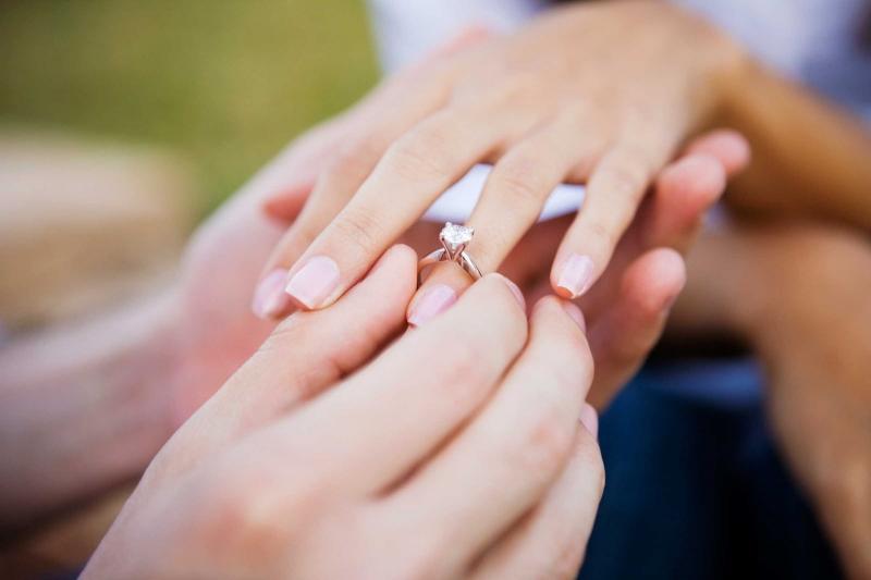 Không nên đeo nhẫn cưới trước hôn lễ