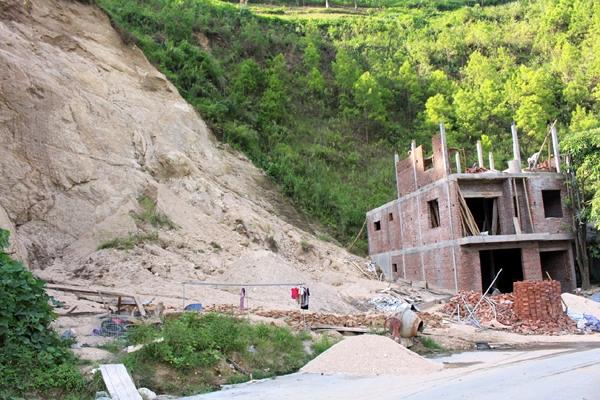 Không nên xây nhà dưới chân núi