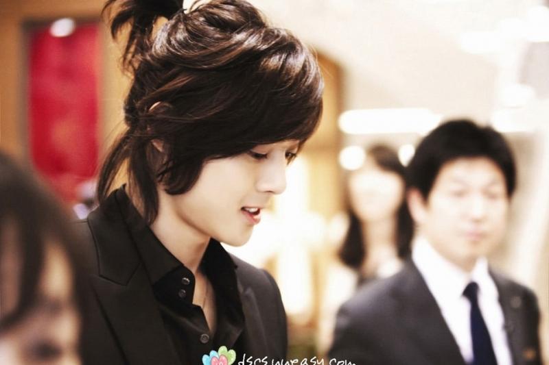 Các diễn viên, ca sĩ Hàn Quốc cũng phá cách với kiểu tóc nam dài buộc.