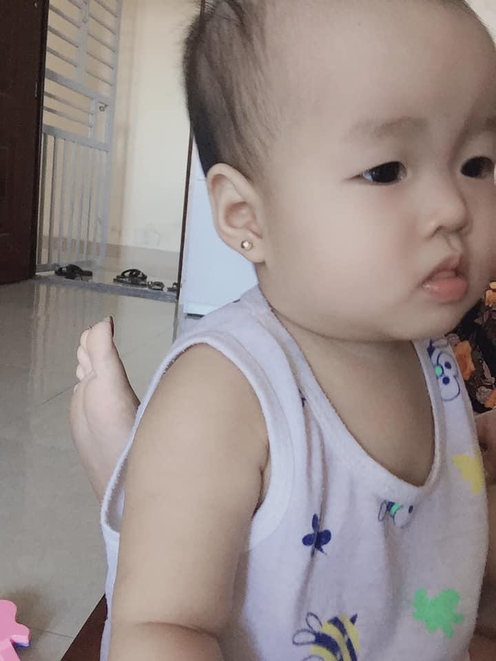Bấm khuyên cho bé yêu tại Kim Dung