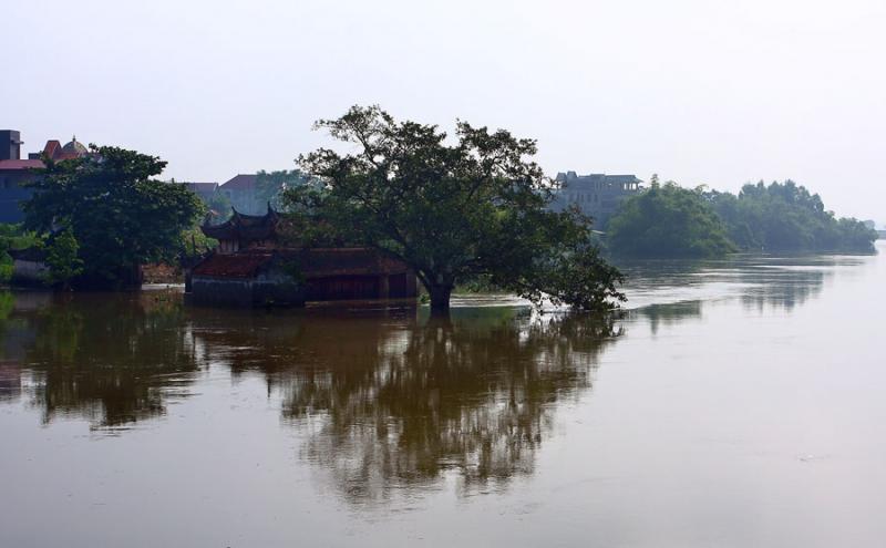 Một ngôi đền tại xã Kim Lũ bị ngập lụt
