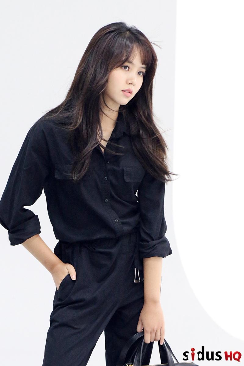 Khó có ai có thể nghĩ cô nàng chỉ mới 17 tuổi, nhìn So Huyn khi make up trưởng thành và chững chạc hơn.