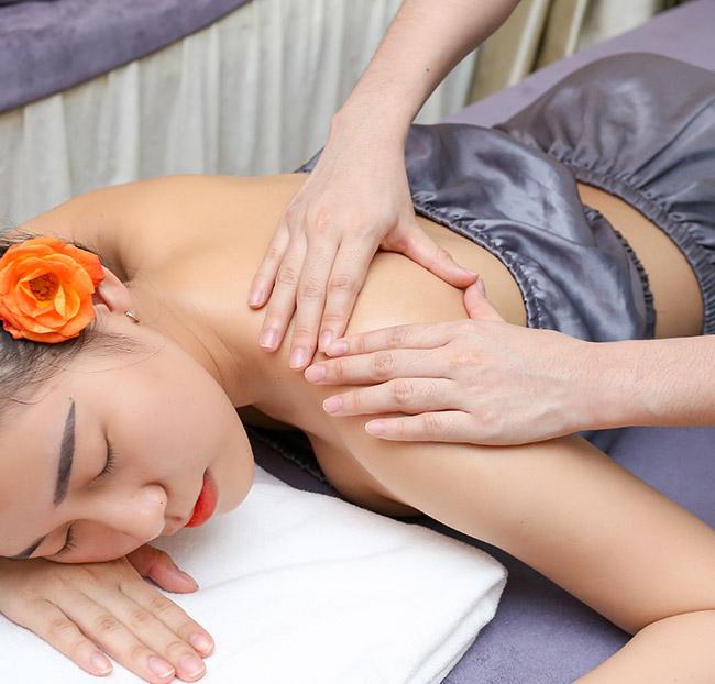 Dịch vụ gội đầu dưỡng sinh (gội đầu thảo mộc) và thư giãn tại Kim Spa Tây Ninh là sự kết hợp nhịp nhàng và tinh tế giữa những động tác massage bấm huyệt đầu cổ vai gáy với hơi xong thảo mộc