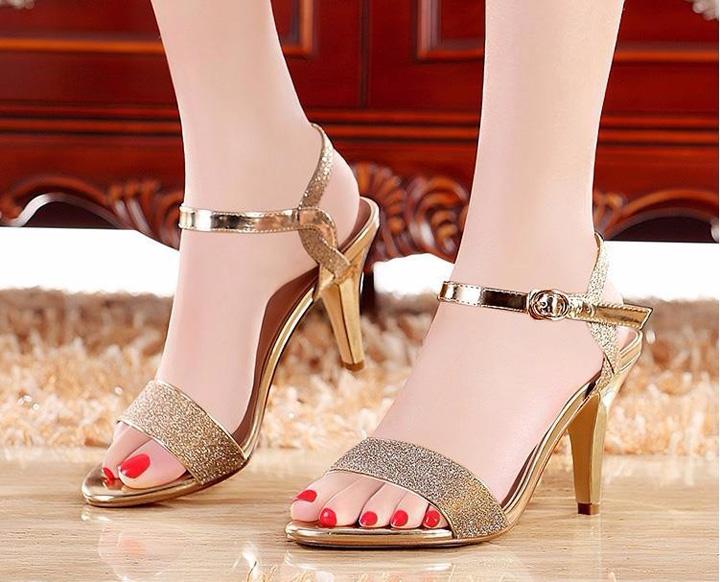 Như đôi giày thần kỳ của công chúa Lọ Lem, những đôi giày phủ đầy kim tuyến lấp lánh luôn dễ dàng khiến các cô gái điêu đứng.