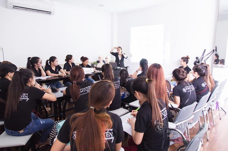 Lớp học trang điểm chuyên nghiệp tại Kim Tuyến Academy