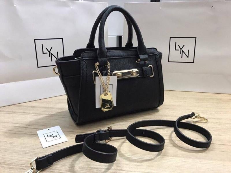 Túi xách Lyn Harmony (size: 25 cm) tại Kinda Shop có giá: 390.000 VNĐ (hình ảnh lấy từ Fanpage của shop)