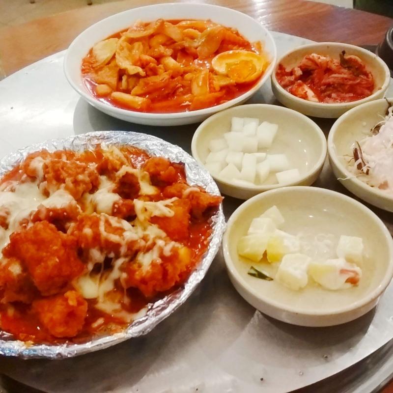 King Dakgalbi là một chuỗi các nhà hàng về các món ăn Hàn Quốc với các món ăn thu hút giới trẻ như: kimpab, mỳ đen, bánh gạo và đặc biệt phải nhắc đến món gà xào phomai ngon tuyệt hảo.