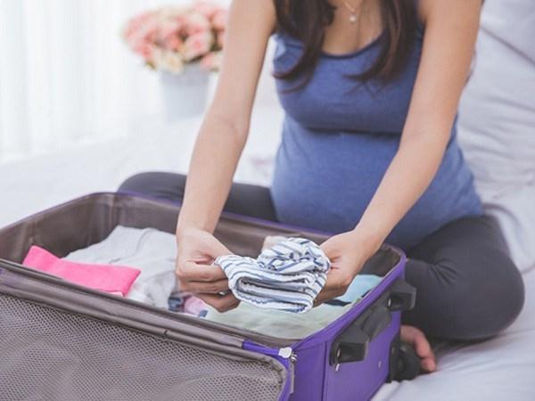 Mẹ bầu chuẩn bị đồ dùng trước khi sinh