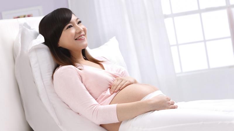 Mẹ bầu nên thư giãn để có tâm lý tốt cho quá trình chuyển dạ