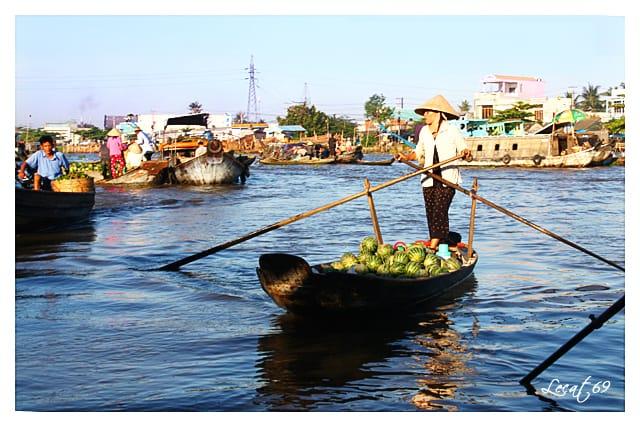 Đến với chợ nổi thì không nên bỏ qua các đặc sản trái cây.