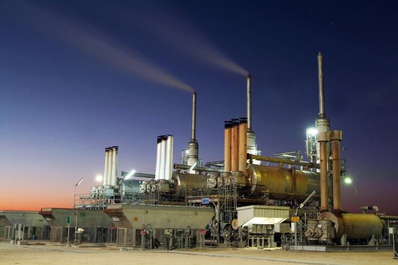 Khai thác dầu mỏ được xem là ngành mũi nhọn ở Kuwait.