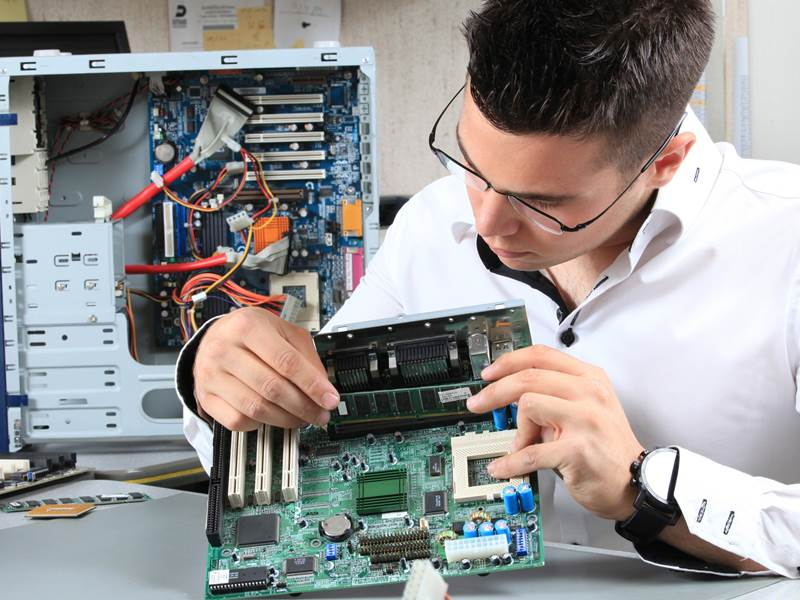 Rất nhiều cử nhân tốt nghiệp công nghệ thông tin đã lựa chọn trở thành kỹ thuật viên máy tính để có thể nâng cao tay nghề về máy tính và công nghệ.