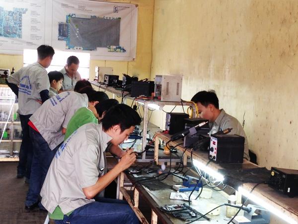 Một lớp học sửa chữa bo mạch của các học viên.
