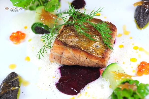 Món cá Hồi thơm ngon được chế biến rất công phu và tinh tế