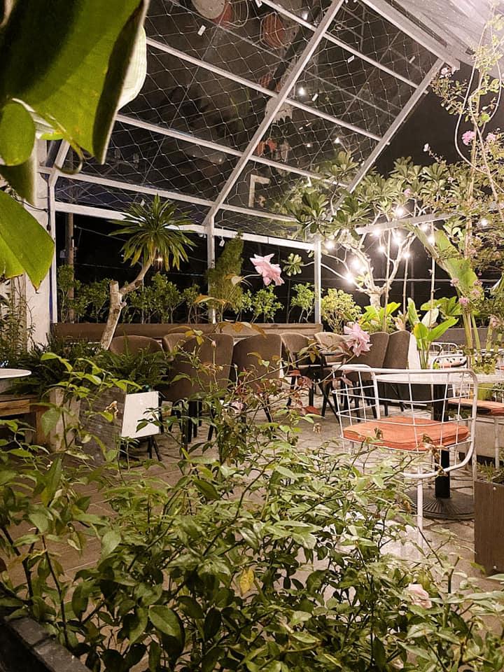 Không gian cổ kính của Lá Cafe
