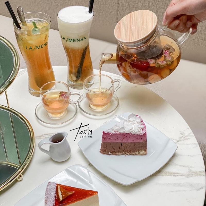 Quán có những set trà bánh 2 người, 4 người, combo nhỏ để bạn thư giãn.