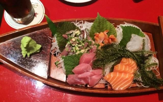 Cách trang trí ở nhà hàng Lá Phong khiến những miếng sushi trở nên hấp dẫn