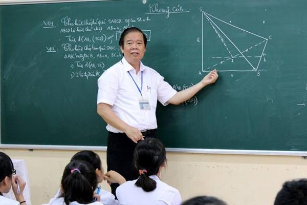 Thầy Phan Tuấn Cộng trong tiết học cuối cùng tại lớp 11 Anh (sưu tầm)