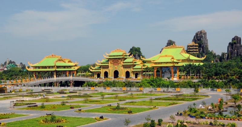 Nơi đây nổi bật với các công trình đền đài, thành quách, sông suối,...nhằm mục đích du lịch và tôn vinh nét đẹp văn hóa và lịch sử dân tộc