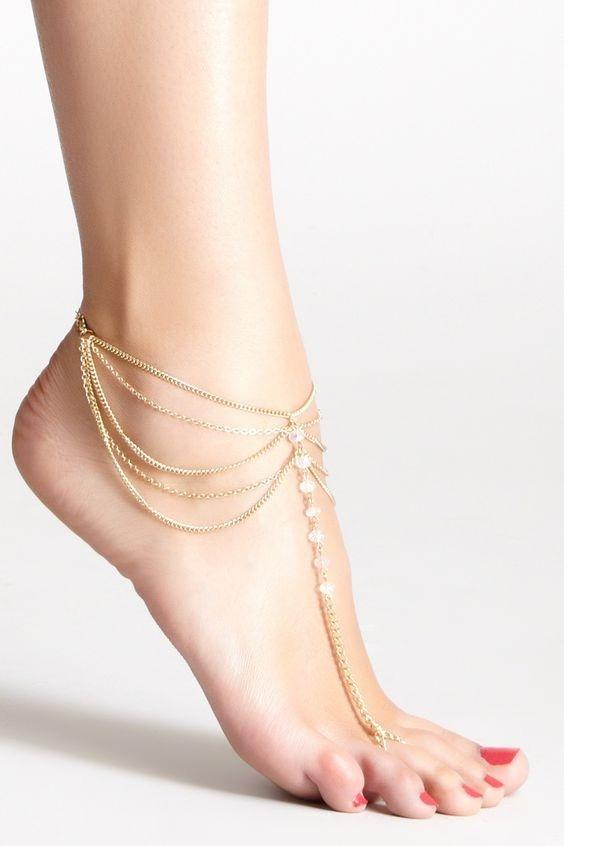 Kiểu lắc chân nối với ngón chân tựa như một cách trang trí thay thế cho những đôi sandal