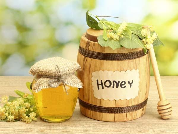 Lắc đều chai mật ong giúp bạn nhanh chóng biết mật ong thật- giả.