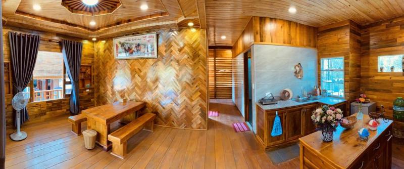 Không gian phòng khách và phòng bếp tại căn hộ Lake House