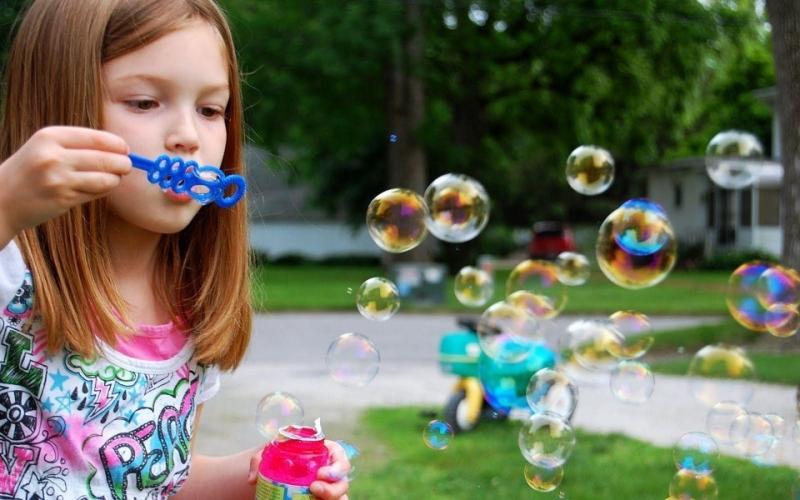 Làm bong bóng xà phòng – đồ chơi của trẻ con