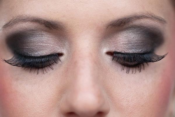 Các chất có hại từ mỹ phẩm có thể phá hủy đôi mắt