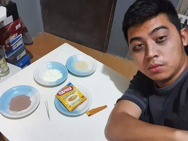 Một thanh niên đã ngồi tách từng thành phần của hói cà phê thành 3 đĩa riêng (Nguồn: Sưu tầm Internet)