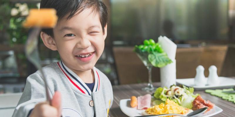Tự chuẩn bị một bữa ăn sẽ giúp bé biết xoay xở khi không có mẹ ở nhà