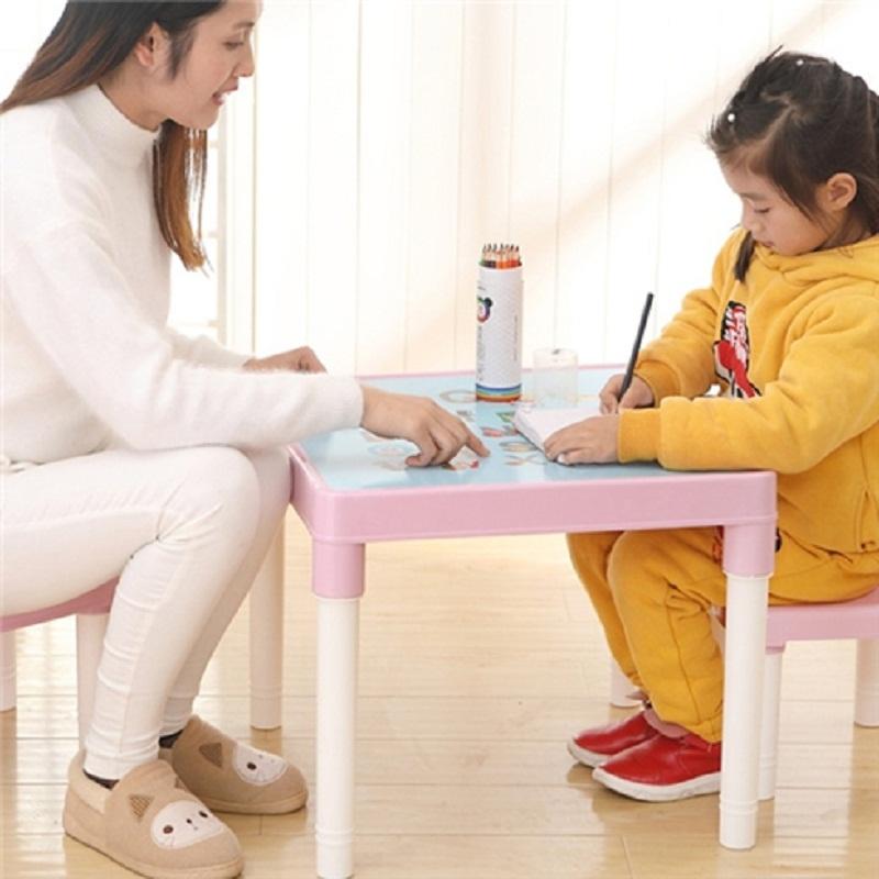 Mỗi ngày hãy giao cho bé một nhiệm vụ nào đó ngồi ngay ngắn ở bàn trong khoảng thời gian từ 30 - 45 phút.