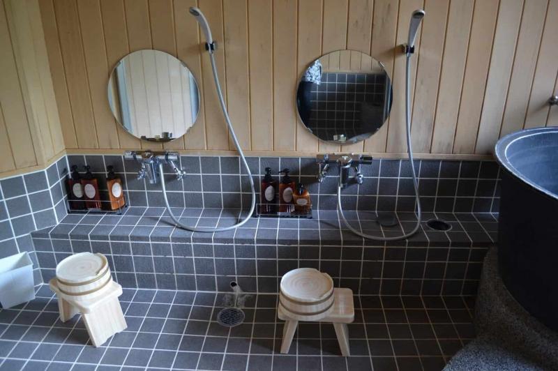 Làm sạch cơ thể trước khi vào bồn tắm