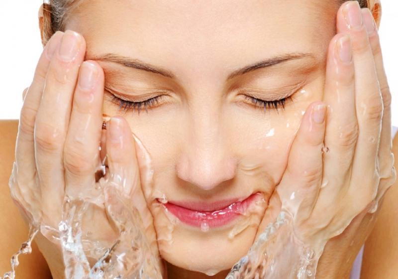 Rửa mặt là bước đầu tiên trong các bước chăm sóc da mặt hàng ngày.