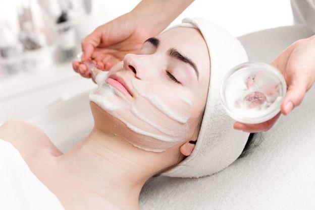 Làm sạch da mặt một lần một tuần với thói quen làm đẹp đặc biệt bao gồm serum, nhũ tương và tinh chất dưỡng da dạng lỏng essence
