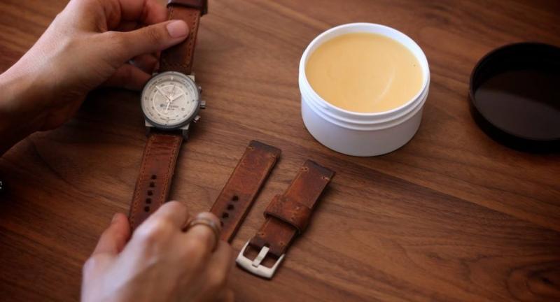 Làm sạch vết bẩn trên dây đeo đồng hồ da bằng dầu oliu