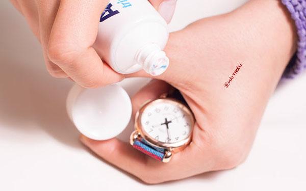 Tẩy sạch mọi vết bẩn của đồng hồ đeo tay bằng kem đánh răng