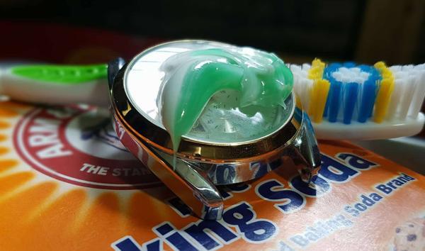 Đánh bóng mặt đồng hồ bằng kem đánh răng