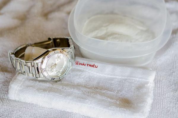 Làm sạch đồng hồ đeo tay bằng giấm ăn