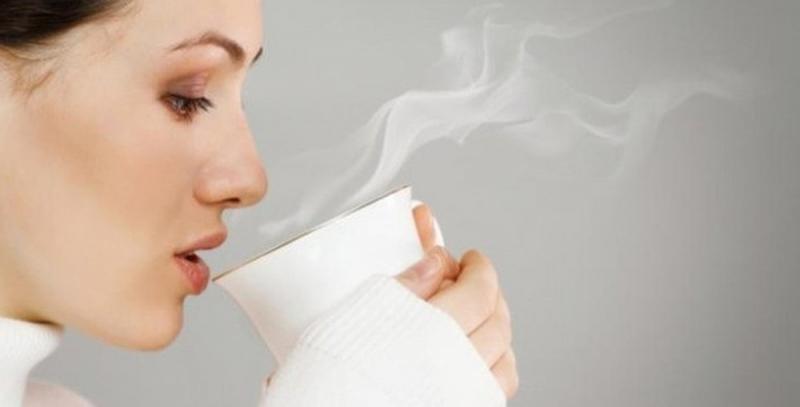 Uống nước ấm mỗi ngày để làm sạch làn da