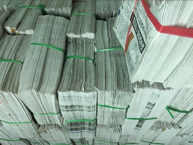 Làm sạch lò vi sóng với giấy báo cũ