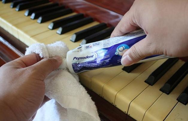 Làm sạch phím đàn piano