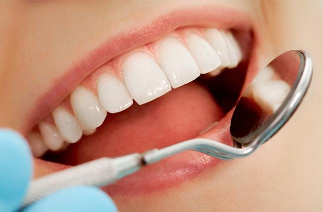Với những gia đình có người già sử dụng răng giả thì hãy dùng dung dịch baking soda pha loãng với nước để ngâm răng giả trong vòng 1 giờ, hiệu quả sẽ khiến bạn ngạc nhiên rất nhiều.