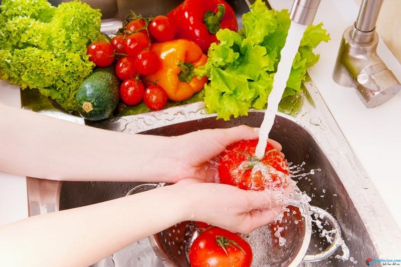 Làm sạch rau củ tươi trước khi đắp