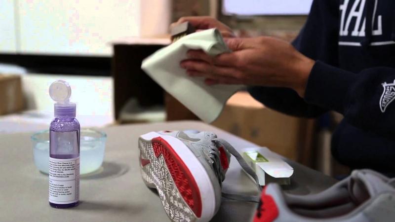 Làm sạch vết bẩn bằng khăn mềm và chút giấm