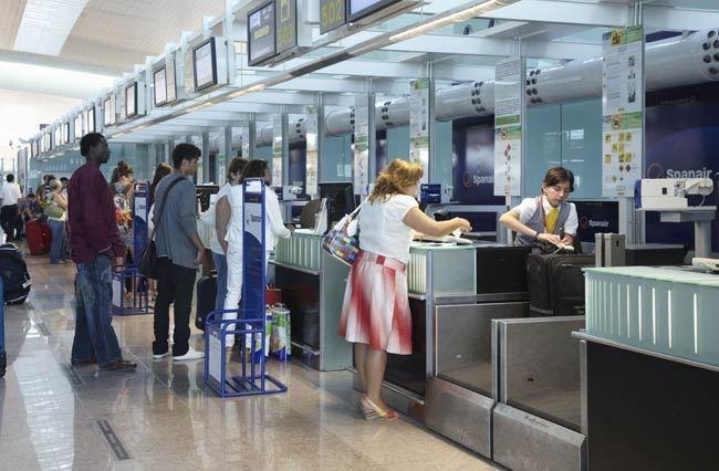 Hành khách xếp hàng làm thủ tục check in trước chuyến bay.