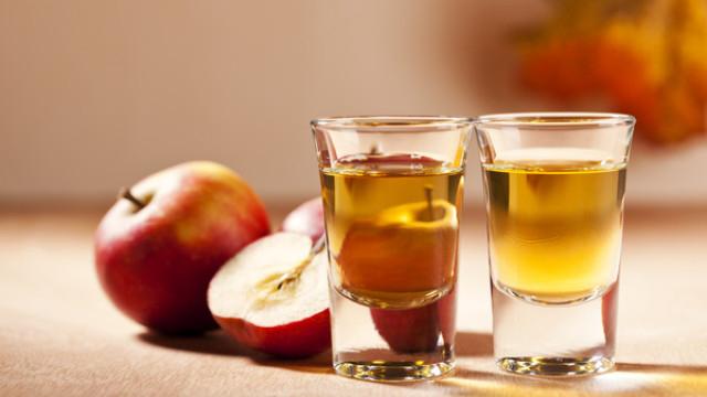 Để có được một làn da trắng và mịn màng từ giấm táo rất đơn giản